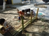 Kinder-beim-Wegbau-aus-Bambus-Plan-Verde-e.V.